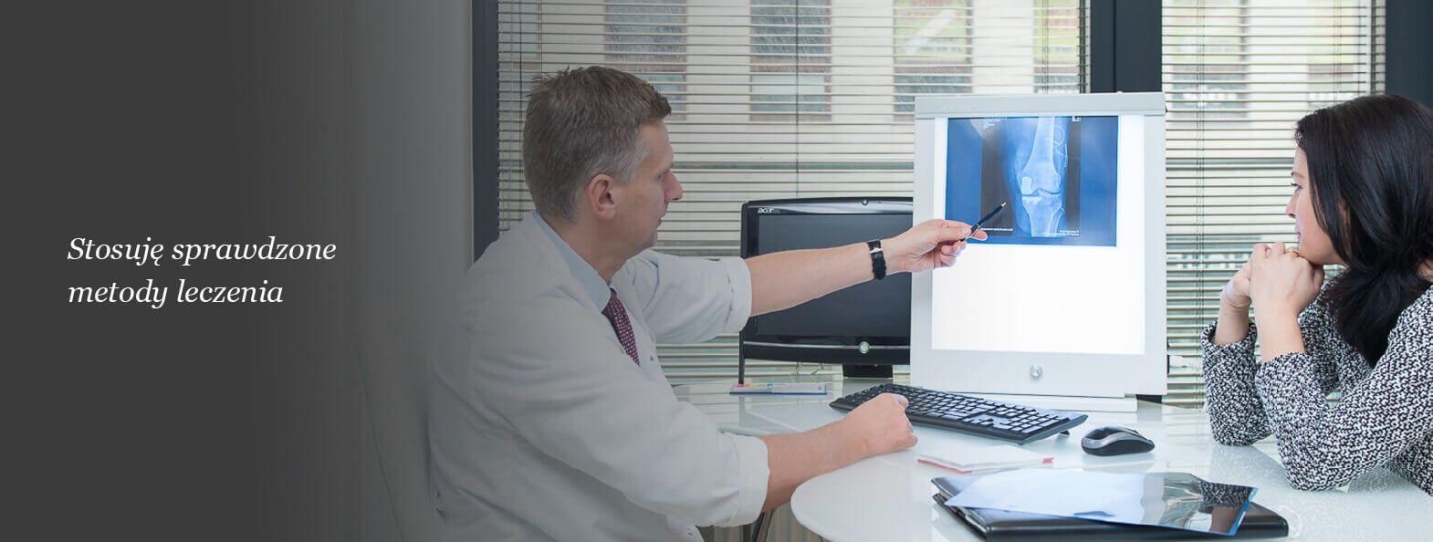 Rafał Mikusek objaśnia pacjentowi wynik zdjęcia rtg
