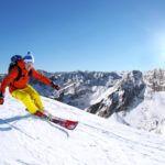 Aktualności - narciarz na stoku