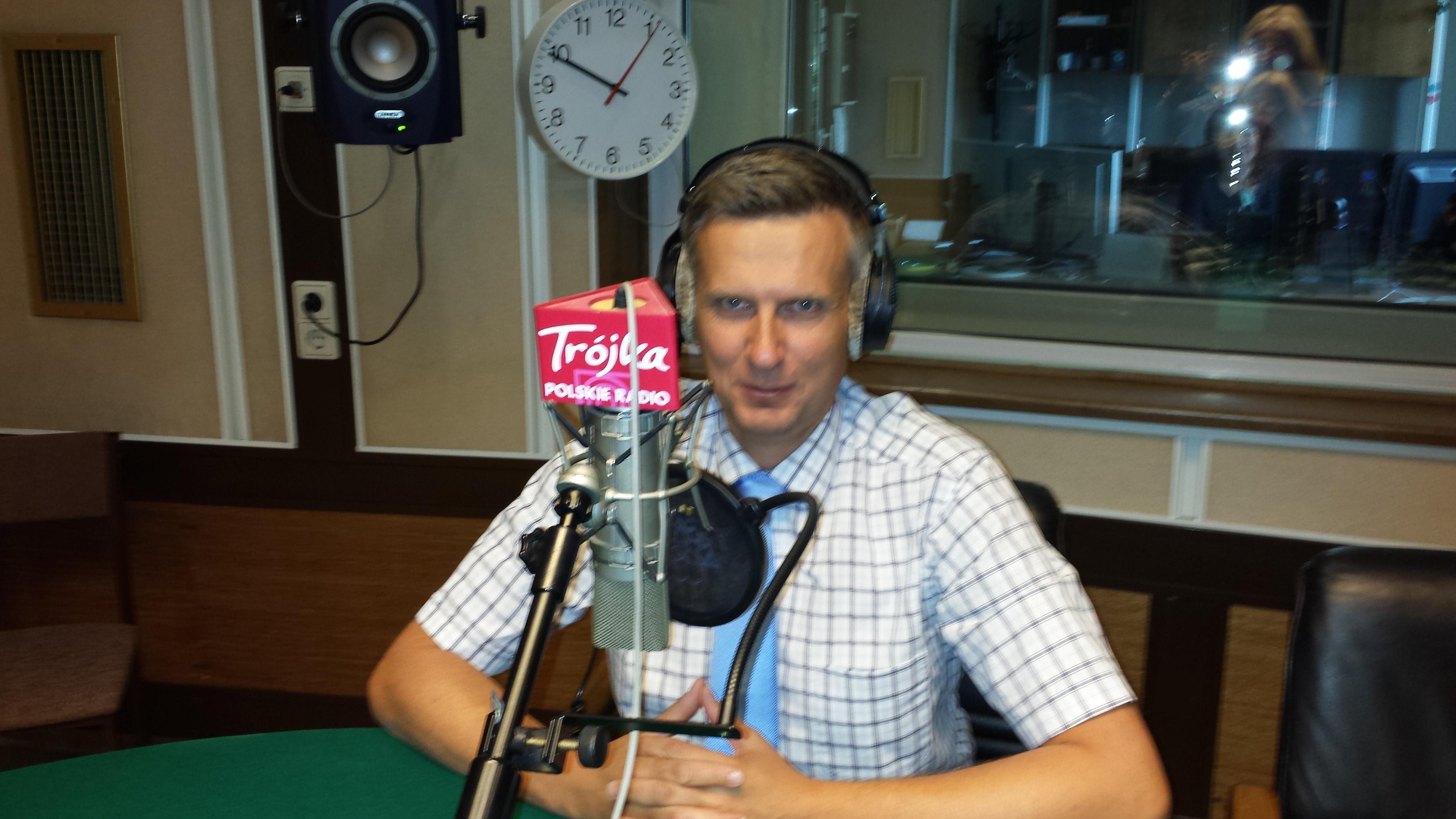 Rafał Mikusek udziela wywiadu w Trójce Polskiego Radia