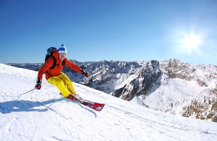 trening przygotowujący do nart - narciarz na stoku